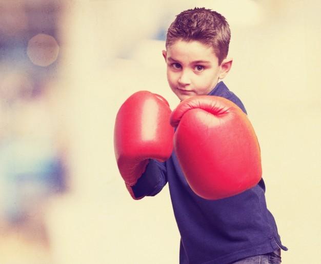 enfant avec punching ball boxe